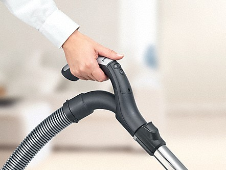 Miele The flexible hose connector enables comfortable, ergonomic handling. The lever action allows the floor head to be maneuvered more easily and takes pressure off your wrist.